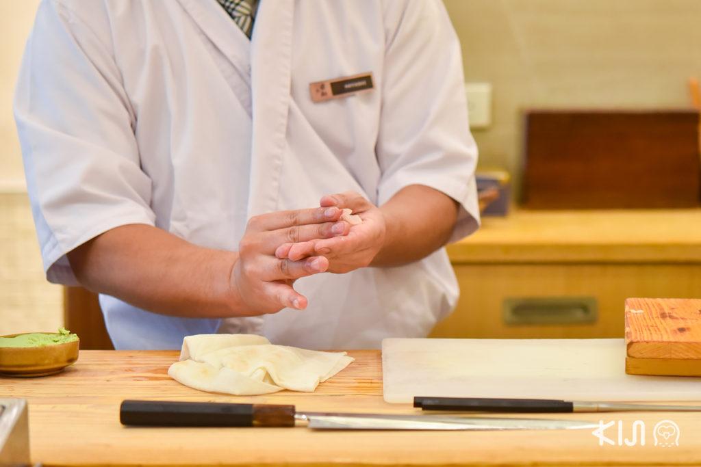 เชฟของร้าน Sushi Hinata จะทำการปั้นอย่างประณีต