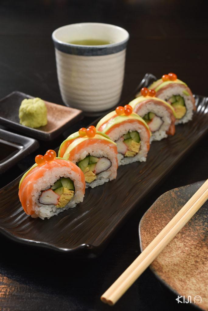 Salmon Avocado Roll (169 บาท)