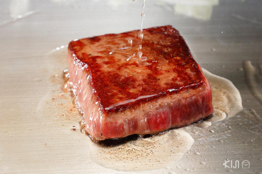 เนื้อวากิวบนกระทะแบนแบบเทปปันยากิของที่ Sunder Beef นั้นเป็นอะไรที่เราไม่อยากให้พลาด