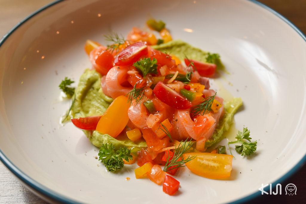 Salmon and Avocada with Nikkuu Original Salsa Sauce (290 บาท)