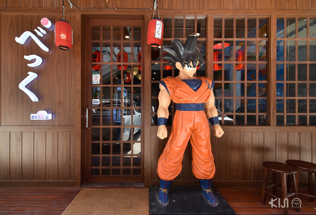 โมเดลโงกุนสัญลักษณ์ว่ามาถึงร้าน Bekku Tonkatsu แล้ว ไม่ผิดแน่