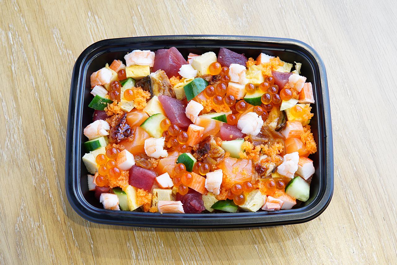 Bara Chirashi (400 บาท) ซูชิที่เสิร์ฟมาเป็นถาดโรยด้วยซีฟู้ดสดๆ ของร้าน Sushi Tama ก็สั่งผ่าน Ten Dining ได้