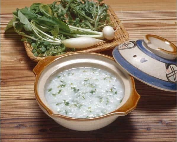 อาหารประจำฤดูใบไม้ผลิของญี่ปุ่น : ข้าวต้มกับผักใบเขียวแห่งฤดูใบไม้ผลิ 7 ชนิด ได้แก่ เซริ นาสึนะ โกะเกียว ฮาโคเบระ ฮาโตะเคโนะสะ ซุสุนะ ซุสุจิโระ