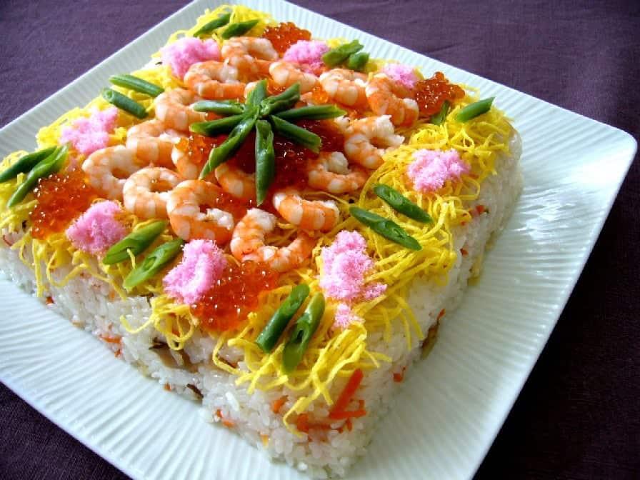 อาหารประจำฤดูใบไม้ผลิของญี่ปุ่น : จิราชิซูชิ เป็นอาหารประจำวันฮินะมัตสึริ หรือวันเด็กผู้หญิง ซึ่งตรงกับวันที่ 3 มีนาคมของทุกปี
