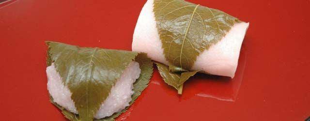 อาหารประจำฤดูใบไม้ผลิของญี่ปุ่น : ซากุระโมจิ คือขนมญี่ปุ่นสีชมพูพาสเทลเหมือนกลีบซากุระ ใส่ไส้ถั่วแดงกวน และห่อด้วยใบซากุระดอง