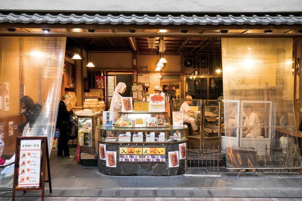 หน้าร้านขายเซ็มเบ (Senbei) ในย่านอาซากุสะ (Asakusa) ที่ทำการเปิดขายมานานถึง 100 ปี