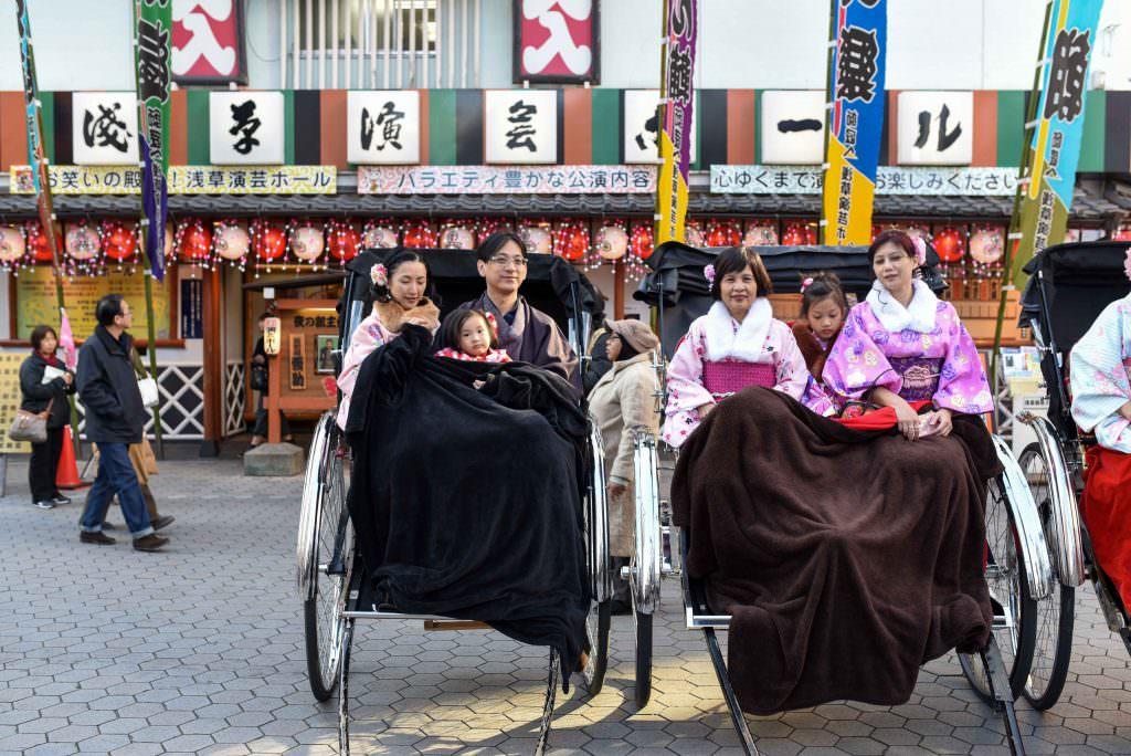 คนญี่ปุ่นแต่งชุดกิโมโนกันทั้งครอบครัว ที่วัดเซ็นโซจิ ในย่านอาซากุสะ (Asakusa)