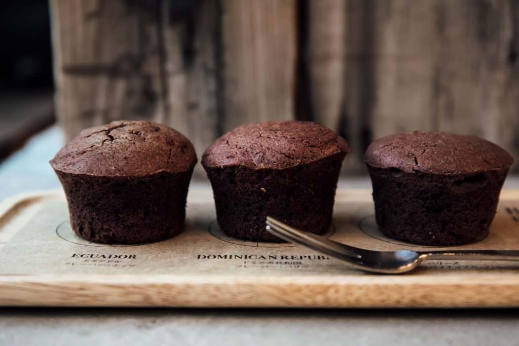 ร้าน Dandelion Chocolate Brownie Bite Flight บราวนี่ 3 ชิ้น ทำจาก Single Origin Chocolate 3 แบบ ที่ให้รสสัมผัสแตกต่างกัน เพิ่มความสนุกสนานระหว่างชิม ราคา 630 เยน