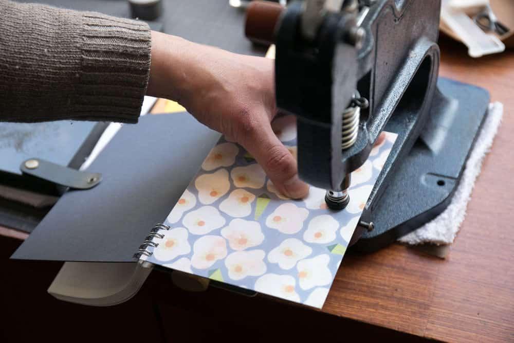 ร้านคะกิโมะริ (Kakimori) จึงมีสมุด DIY ที่เราสามารถเลือกกระดาษ หน้าปก สัน และกระดุมได้เอง
