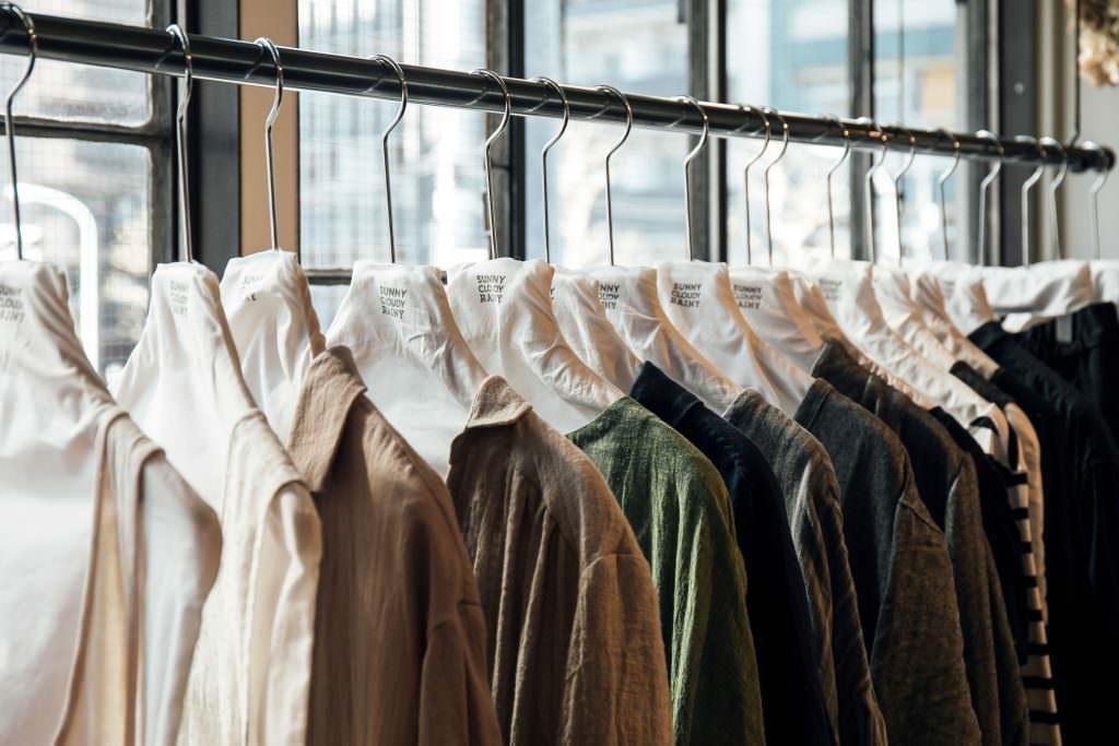 เสื้อผ้าที่สามารถใส่ได้เรื่อยๆ ไม่มีเอาท์จากร้าน SUNNY CLOUDY RAINY ในย่านคุระมะเอะ (Kuramae)