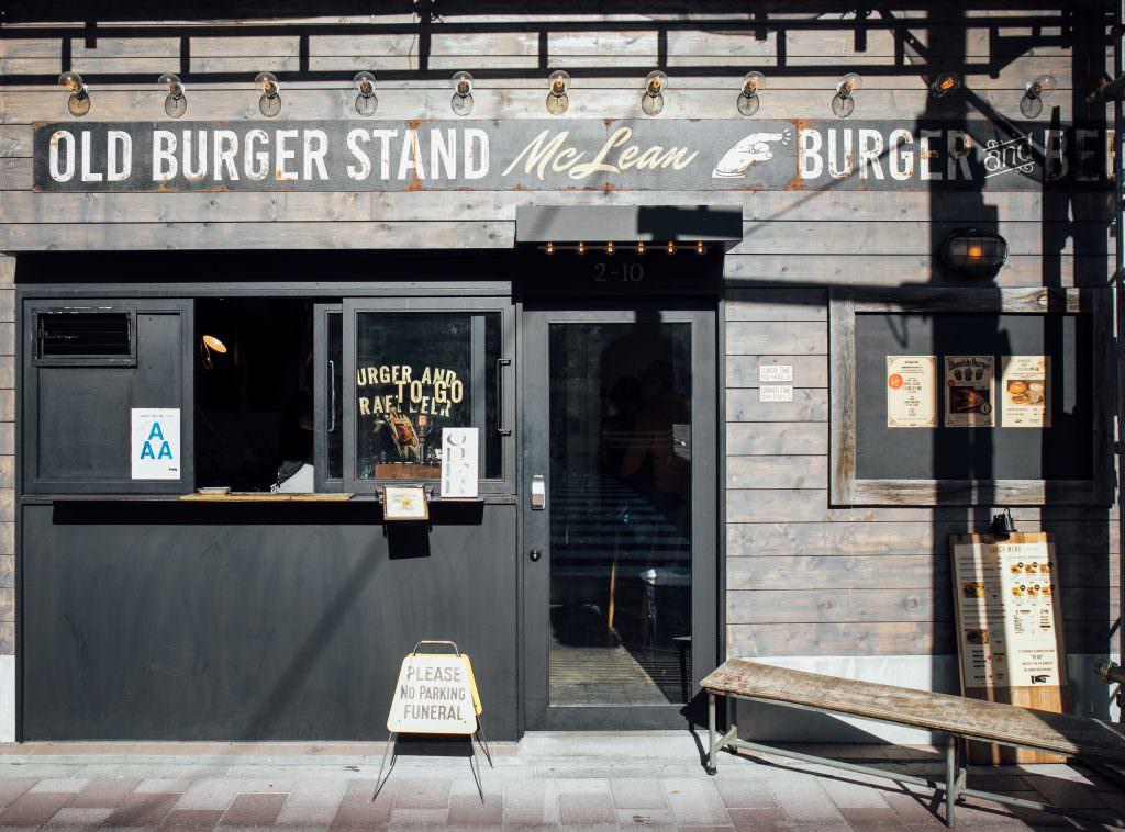 หน้าร้าน Mclean Old Burger Stand ในย่านคุระมะเอะ (Kuramae)
