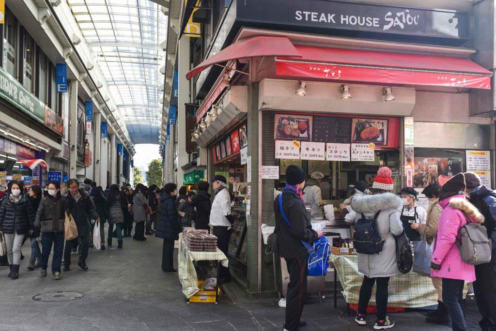 คนรอต่อคิวซื้อเมนชิคัตสึกันเยอะมากที่ร้านซาโต้ (SATOU) ในย่านคิชิโจจิ (Kichijoji)