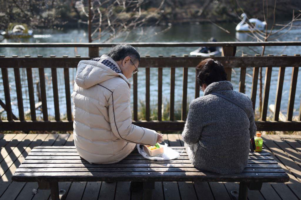 คุณลุงคุณป้ามานั่งปิกนิกกันที่สวนอิโนะคะชิระ (Inokashira) ในย่านคิชิโจจิ (Kichijoji)