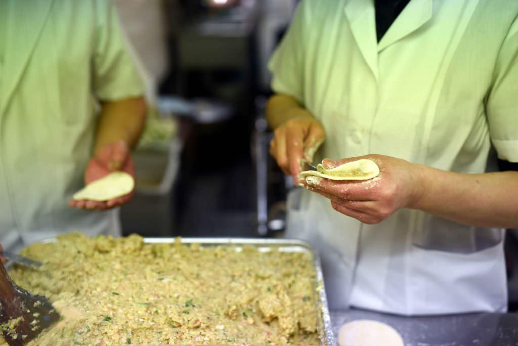 ที่ร้านมิม มิง (MIN MIN) โชว์การห่อไส้ จีบแป้งให้ดูกันแบบเพลิดๆ