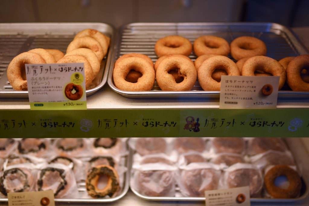 ที่ร้าน HARA DONUTS ในย่านคิชิโจจิ (Kichijoji) มีโดนัทหลากหลายรสชาติให้เลือกซื้อกัน