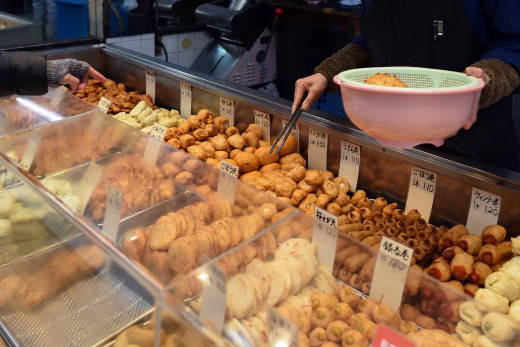 ที่ร้านสึคาดะ (TSUKADA) ในย่านคิชิโจจิ มีลูกชิ้นปลาให้เลือกเยอะมาก