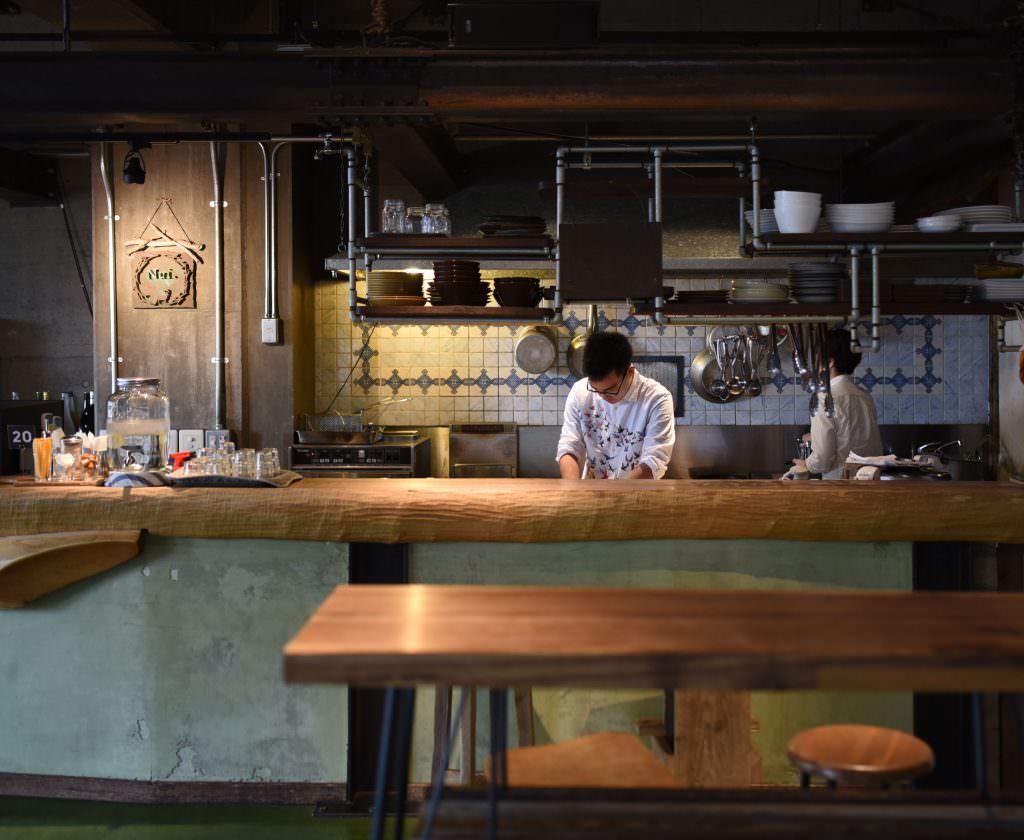 โซนคาเฟ่และบาร์ของโฮสเทล Nui. Hostel & Bar Lounge ในย่านคุระมะเอะ (Kuramae)