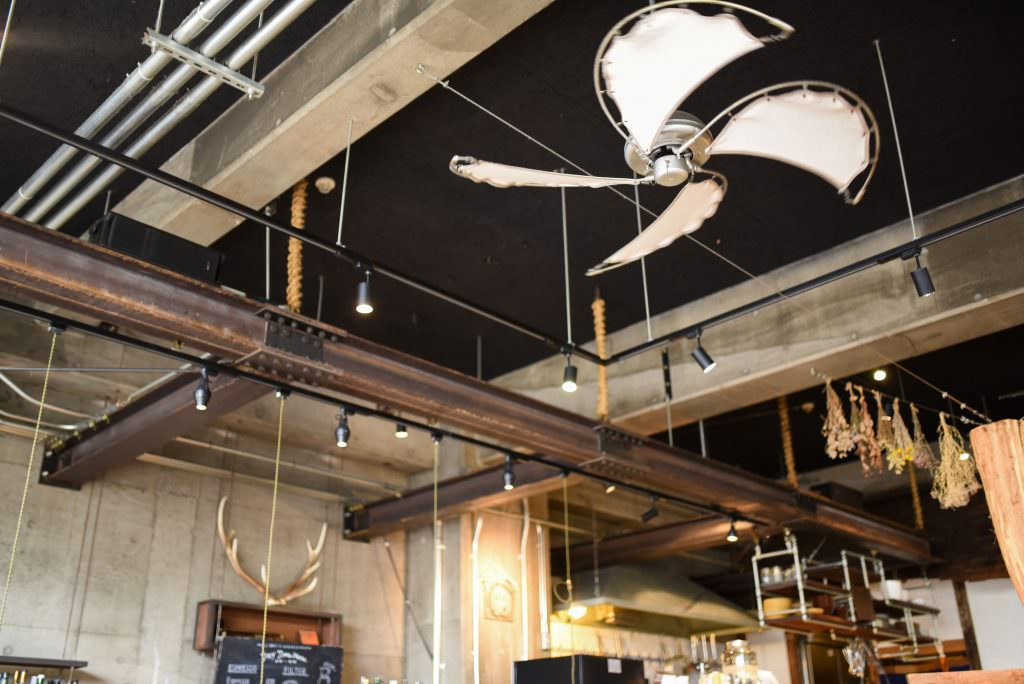 การตกแต่งในโซนคาเฟ่และบาร์ของโฮสเทล Nui. Hostel & Bar Lounge