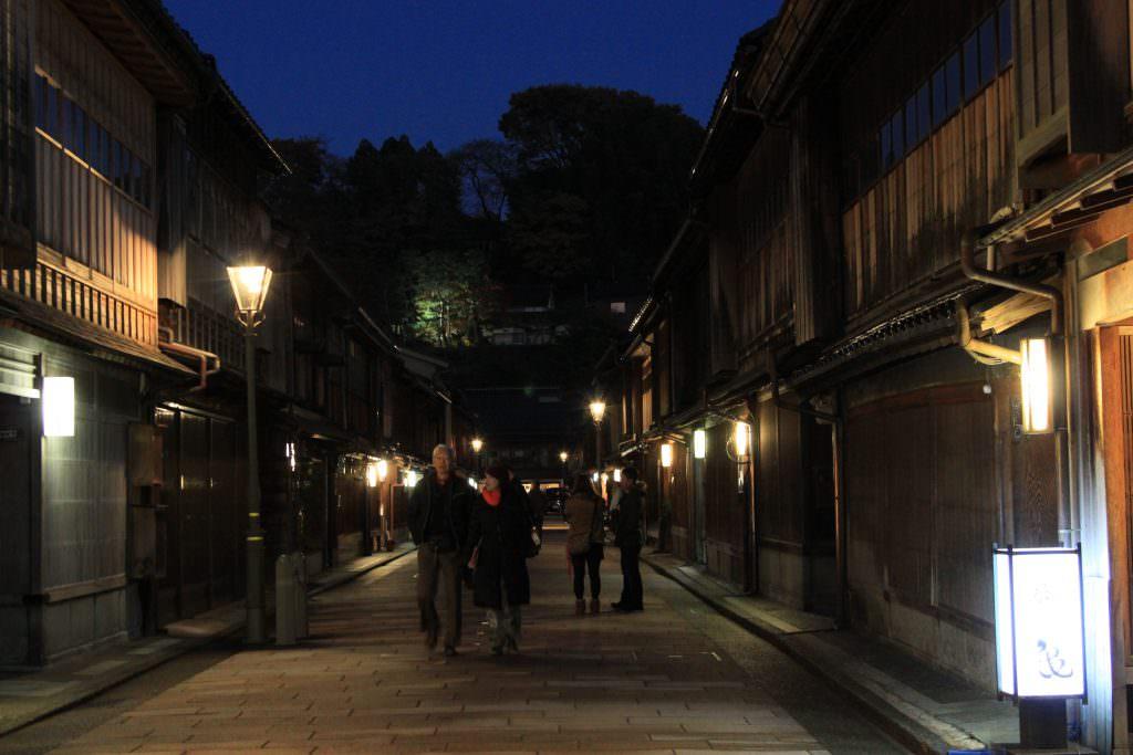ย่านเมืองเก่า Higashi Chaya District ในช่วงเวลากลางคืน