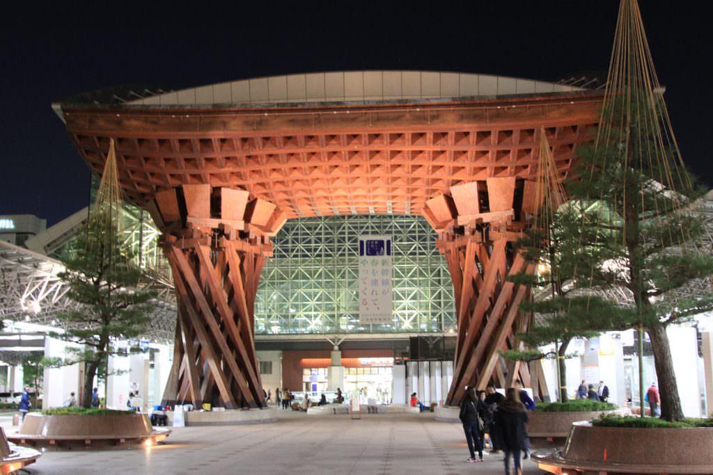 """ประตูไม้ Tsuzumi-mon"""" ลักษณะคล้ายเสาโทริอิขนาดยักษ์ ตั้งอยู่ด้านหน้าสถานี Kanazawa"""