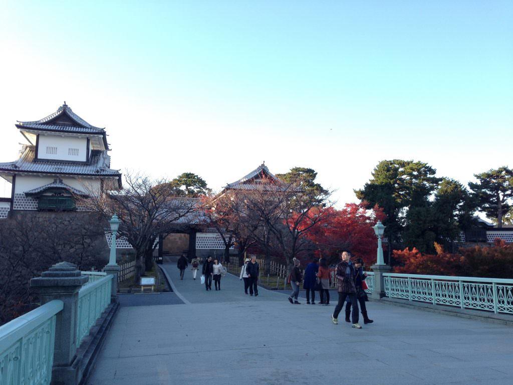 เดินแค่ 1 นาทีจากสวน Kenrokuen ก็มาถึงปราสาทคานาซาว่า (Kanazawa Castle)