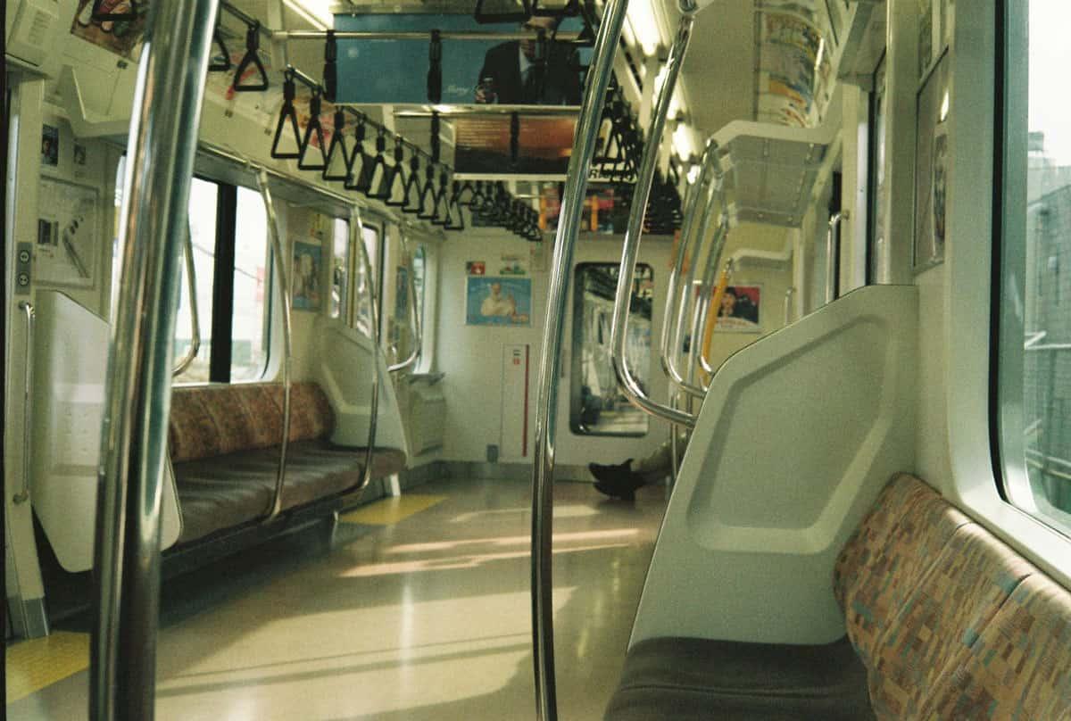 บรรยากาศภายในรถไฟ JR สาย Chuo Line (Rapid) ขณะกำลังเดินทางไปยังภูเขามิตะเกะ