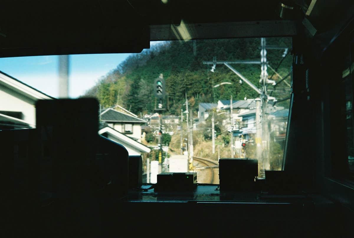 นั่งรถไฟจากสถานีมิตาเกะไปยังสถานีชินจูกุ
