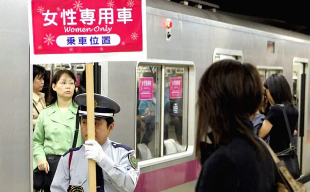 ช่วงเวลา 7.00-9.00 น. จะมีเจ้าหน้าที่มาถือป้าย Woman Only ตู้รถไฟนี้ผู้หญิงขึ้นได้เท่านั้น