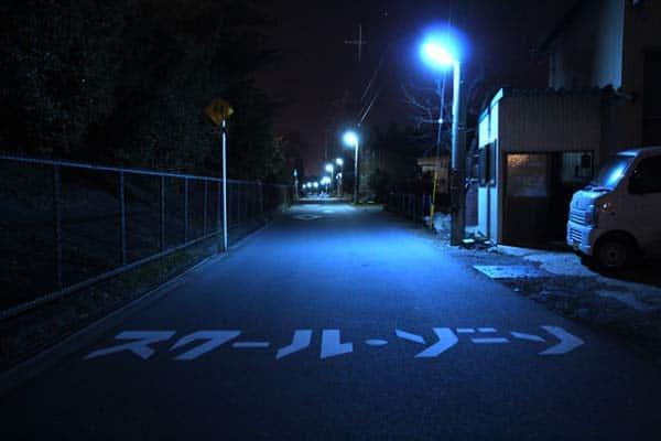 สามารถเห็นไฟสีน้ำเงิน (Blue Light) ได้ตามสวนสาธารณะ ห้องน้ำ หรือในจุดเปลี่ยวๆ ที่สามารถจะทำให้เกิดอาชญากรรม หรืออาจจะเกิดโอกาสฆ่าตัวตายสูง