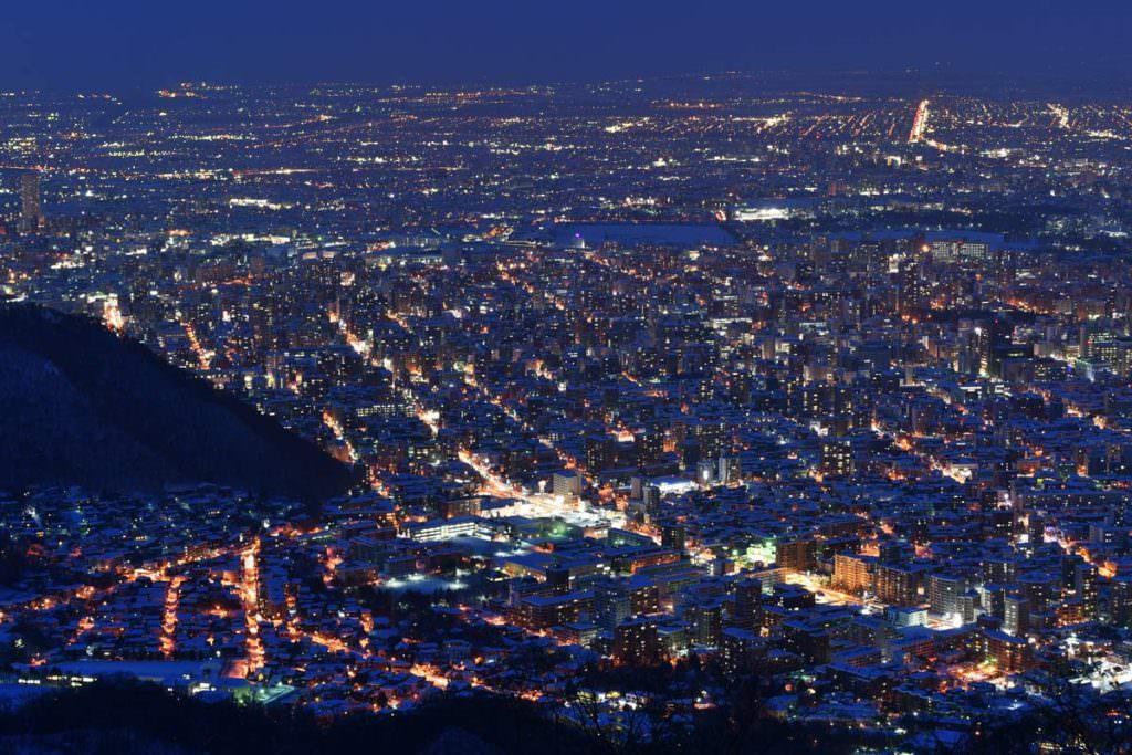 วิวยามค่ำคืนจากภูเขาโมะอิวะ