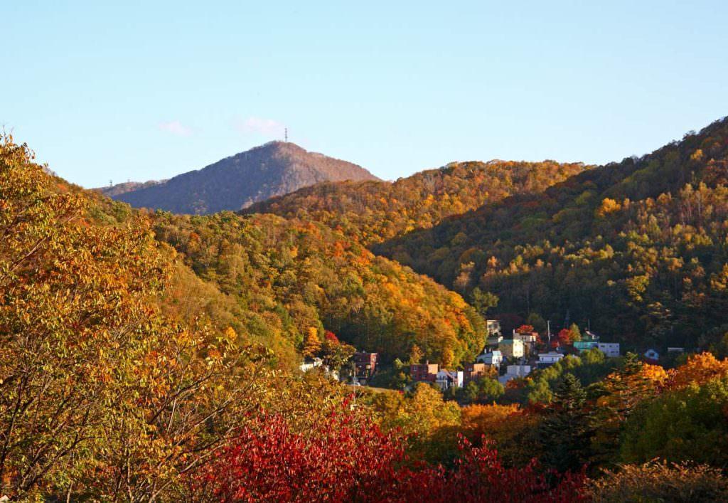ภูเขาโมะอิวะ (MT.MOIWA) ในช่วงฤดูใบไม้เปลี่ยนสี