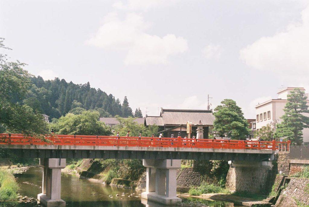 สะพานนะกะบะชิ (Nakabashi Bridge) สีแดงสด