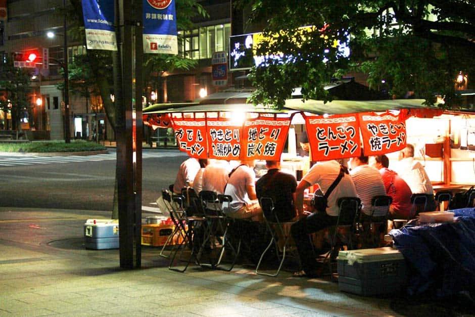เสน่ห์บรรยากาศร้านยะไต (Yatai) ข้างถนนแห่งฟุกุโอกะ (Fukuoka)