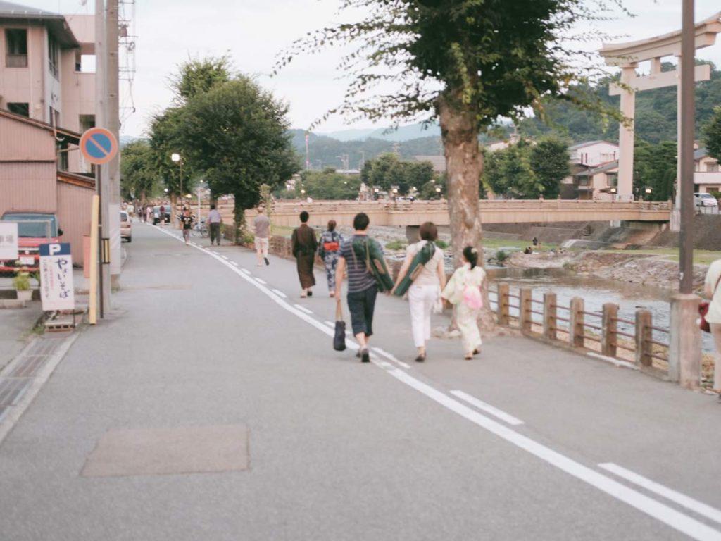 เดินเลียบแม่น้ำมิยะ (Miyagawa) เพื่อไปยังงานเทศกาลฮะนะบิ (Hanabi Festival)