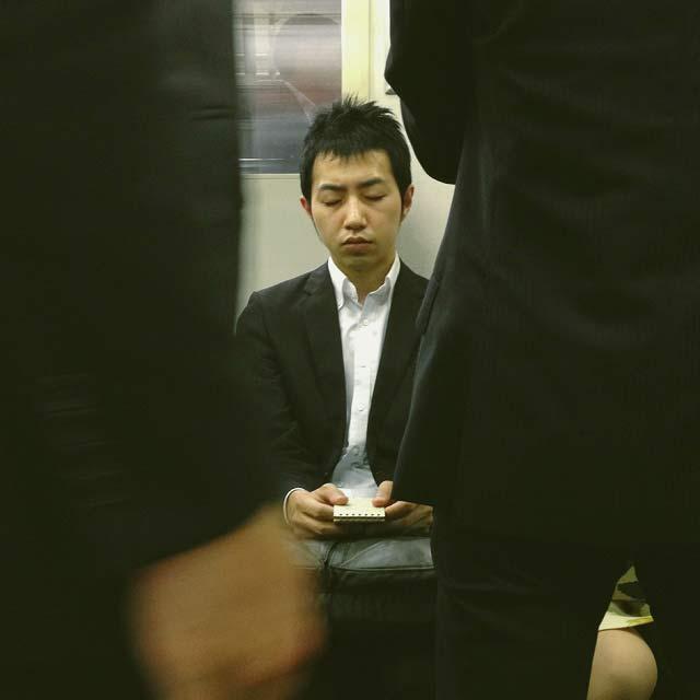 ผู้คนชาวญี่ปุ่นแสดงอาการอ่อนเพลียเหนื่อยล้า เอนตัวพักสายตาของีบหลับสักพัก