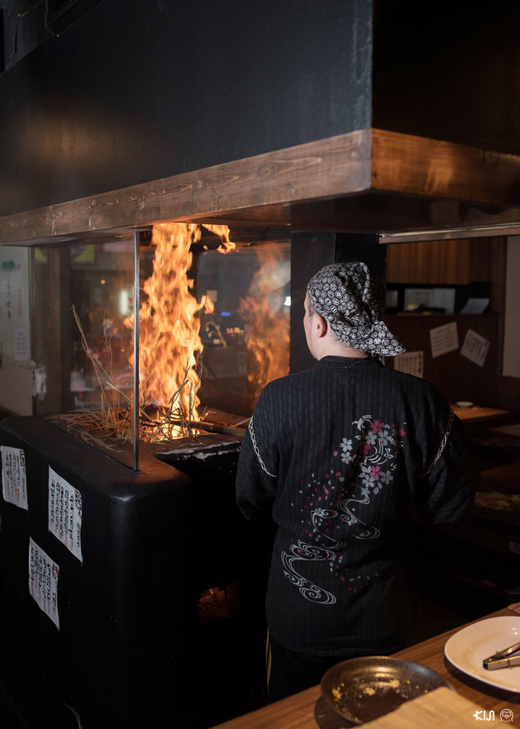 ร้าน Hachikin : เชฟกำลังนำปลาคัตสึโอะไปย่างไฟ