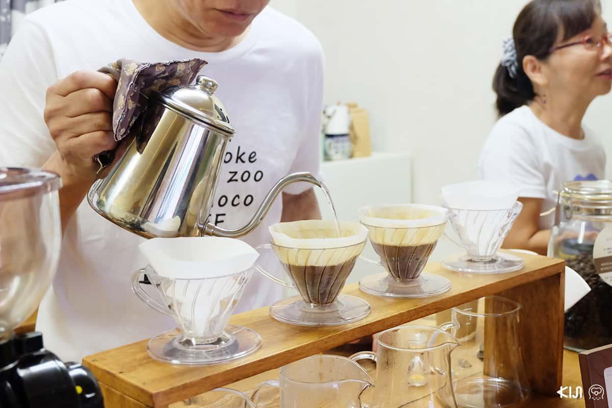 โนะบุฮะรุ โอะกุโนะ (Nobuharu Okuno) คุณลุงเจ้าของร้าน SUNDAY ZOO กำลังดริปกาแฟ
