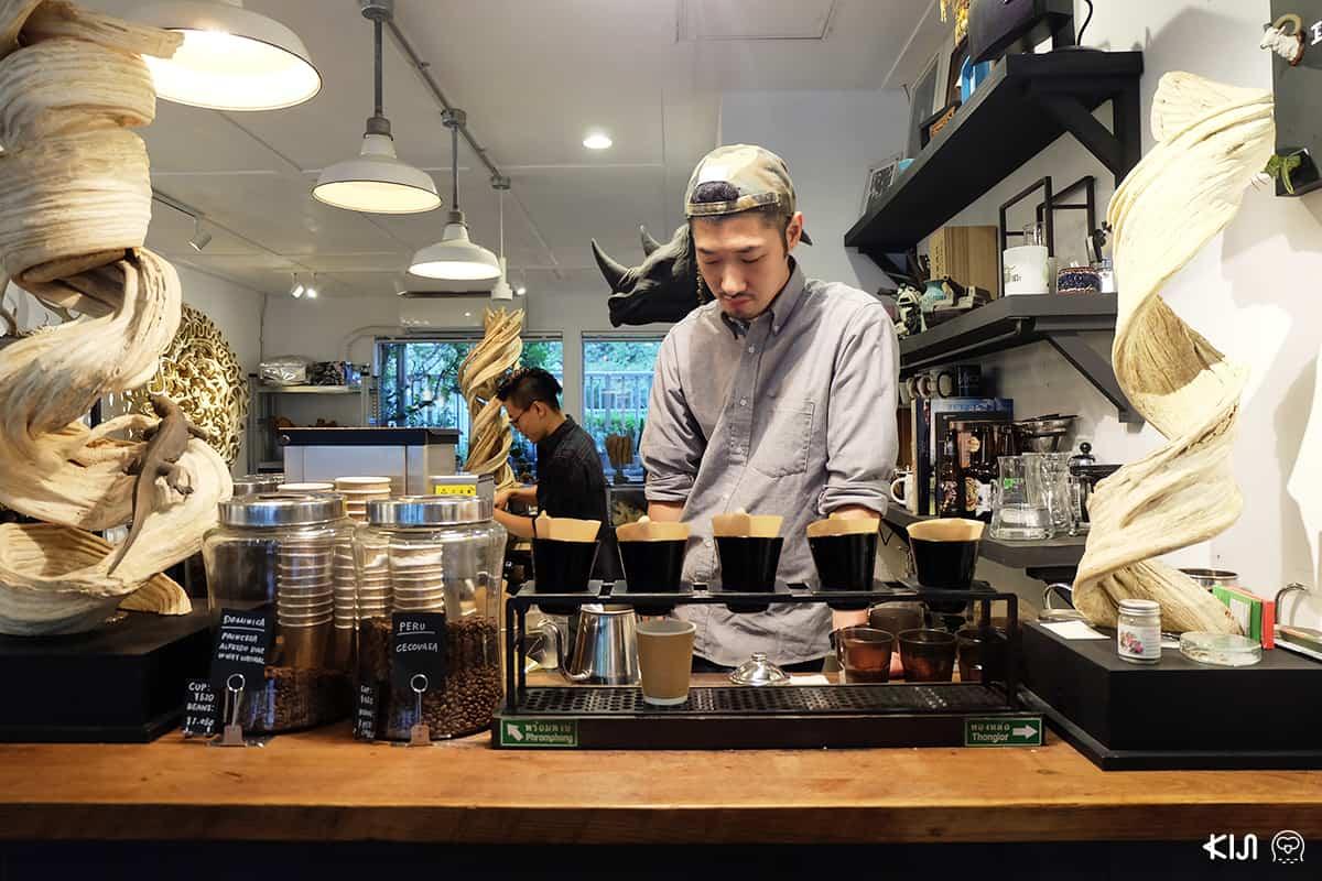 บาริสต้าหนุ่มจากร้าน ARISE ENTANGLE CAFE