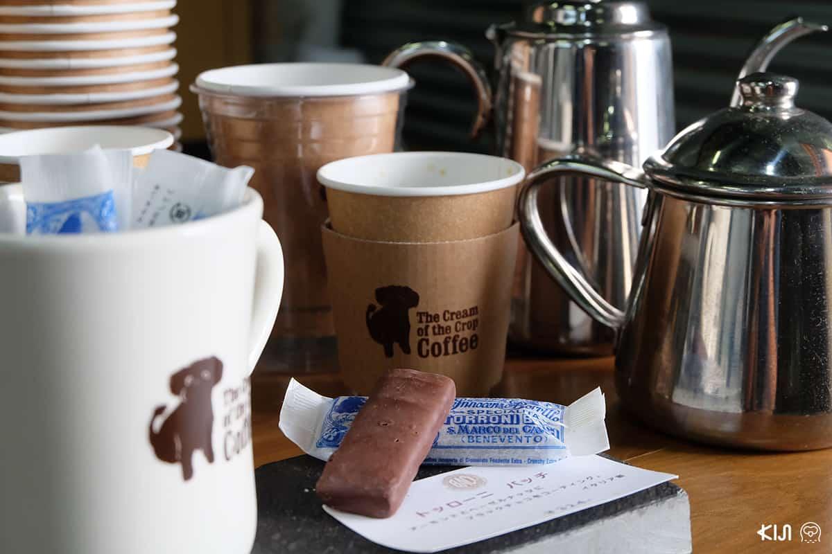 ที่ร้าน THE CREAM OF THE CROP มีขนมหวานขายให้ทานคู่กับกาแฟด้วยนะ