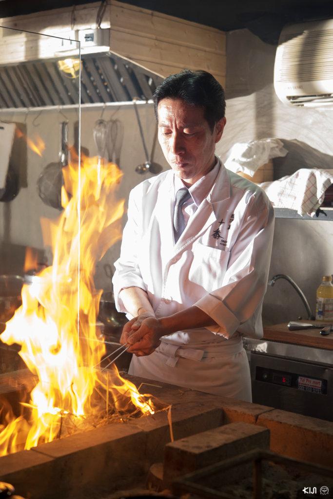 ร้าน Irori Juban : เชฟกำลังทำเมนู วาระยากิ โดยนำปลาไปย่างกับไฟ