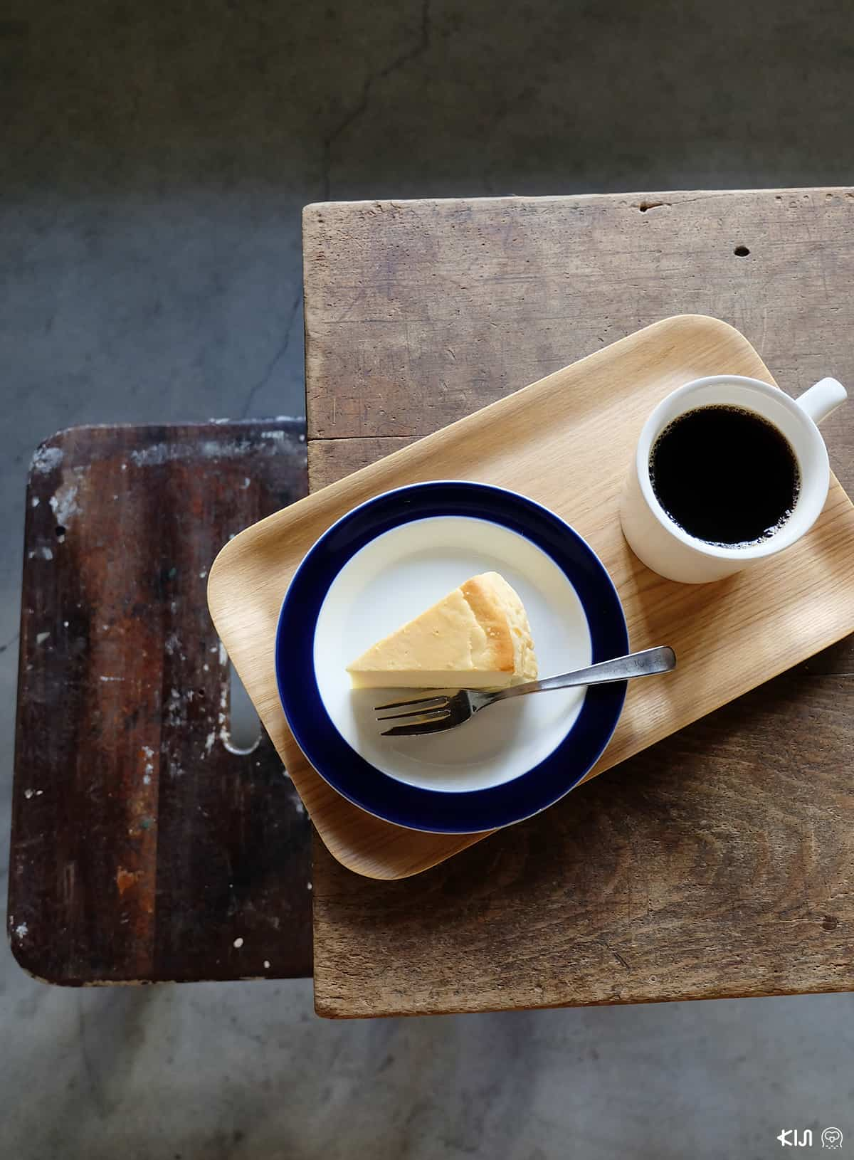กาแฟดำที่ใช้เมล็ดจากร้าน ARiSE Coffee Roasters และชีสเค้กแสนอร่อยจากร้านคาเฟ่ที่ Fukadaso