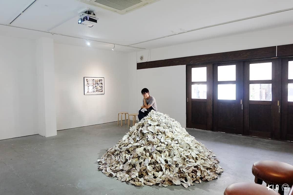 บรรยากาศภายในนิทรรศการศิลปะที่จัดขึ้นที่ Mujin-To Production