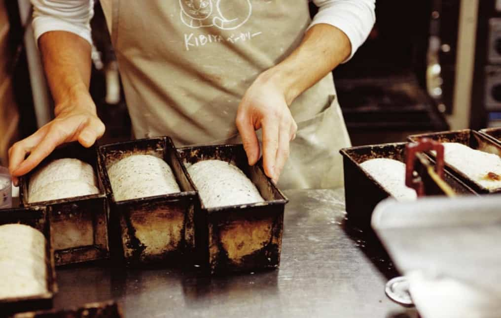 เจ้าของร้าน Kibiya Bakery กำลังทำขนมปัง