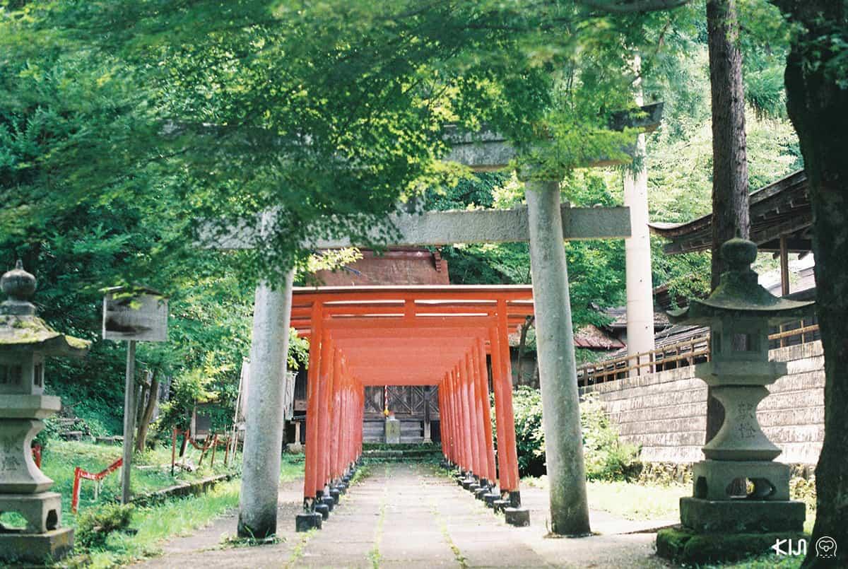 ศาลเจ้าฮาจิมัง (Hachiman Shrine) เป็นสถานที่จัดงานเทศกาลฤดูใบไม้ร่วงของเมืองทาคายาม่า