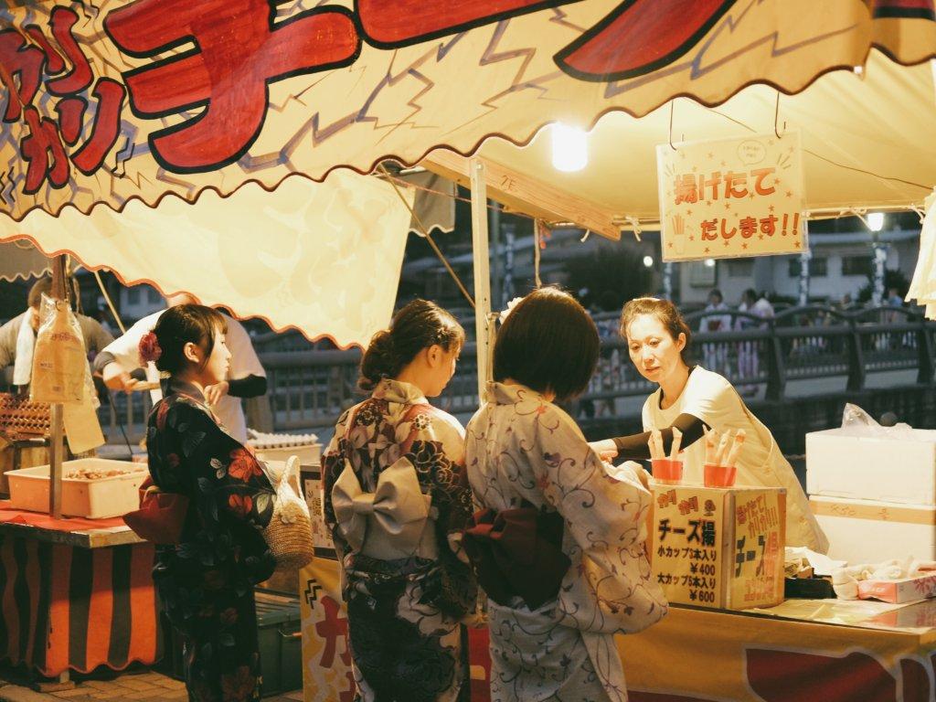 คนญี่ปุ่นใส่ชุดยูกาตะเดินกันทั่วเมืองเพื่อไปนั่งดูดอกไม้ไฟ