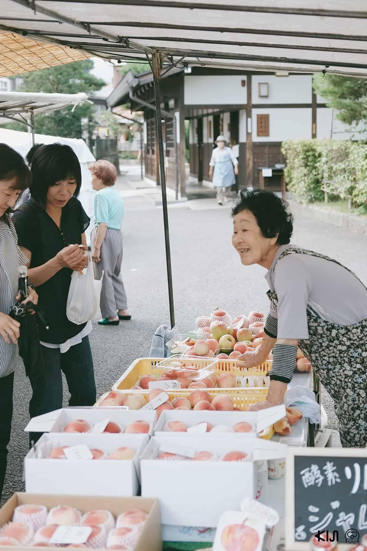 บรรยากาศภายในของตลาดเช้าจินยะมาเอะ เมืองทาคายาม่า (Takayama)