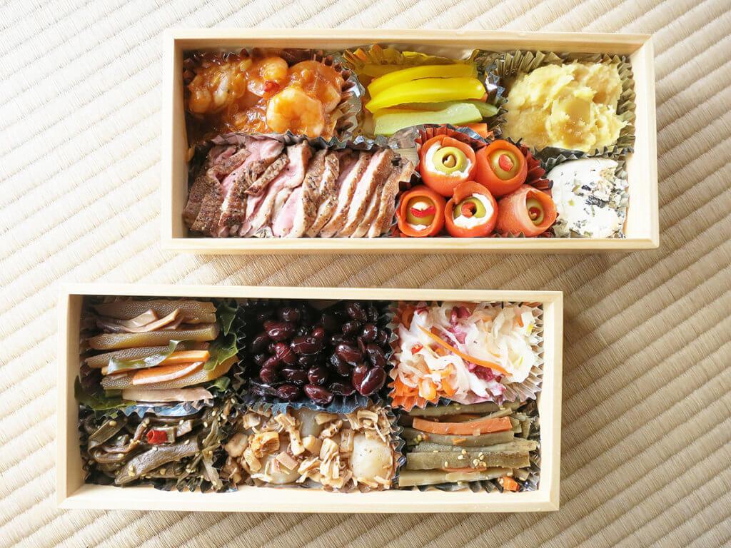 อาหารแต่ละอย่างถูกจัดเรียงอยู่ในกล่องที่เรียกว่า จูบะโกะ (Jubako)