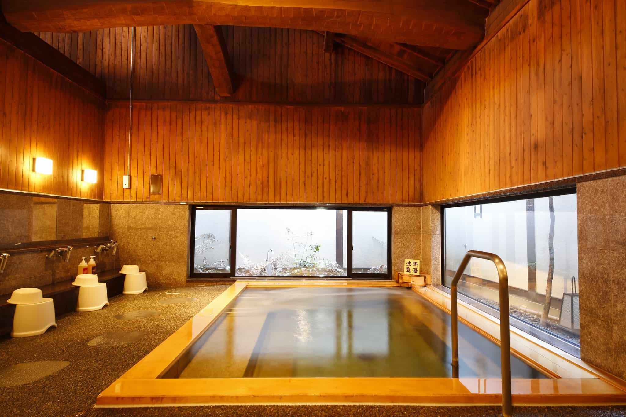 ภายใน Yanagiyu Onsen มีบรรยากาศสบายๆ ตกแต่งด้วยโครงสร้างไม้ขนาดใหญ่แบบคลาสสิก ให้ความรู้สึกอบอุ่นและปลอดภัย