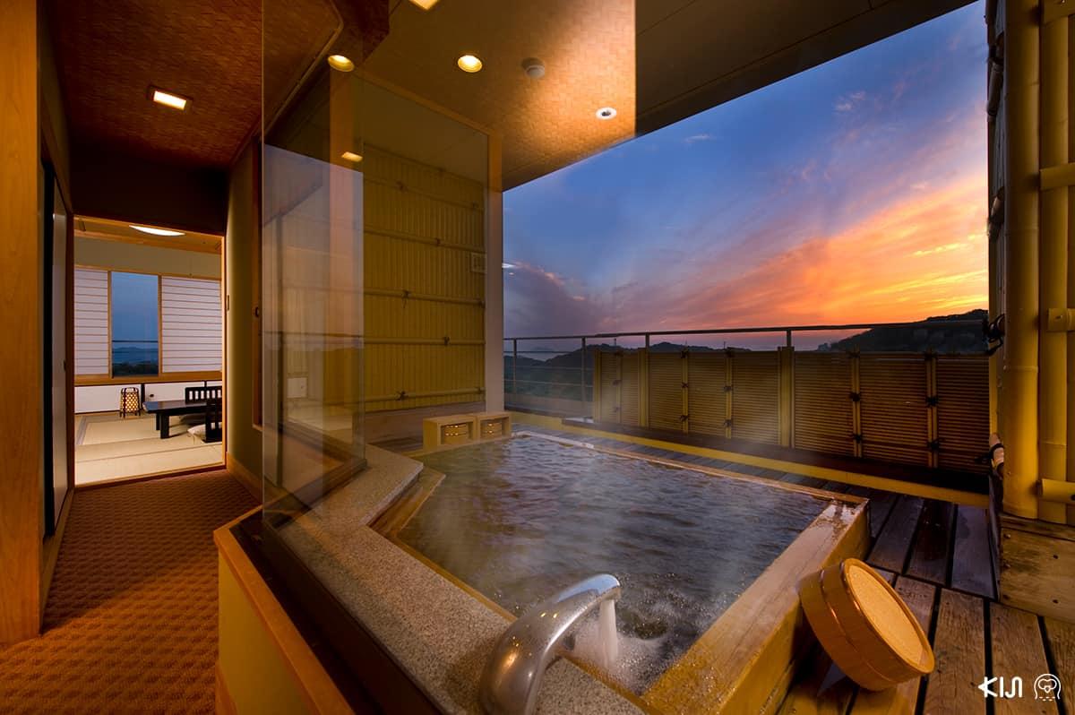 ที่โรงแรมวาชูไฮแลนด์ (Washu Highland Hotel) มีออนเซ็นบนดาดฟ้าให้นอนแช่เพื่อชมพระอาทิตย์ขึ้น