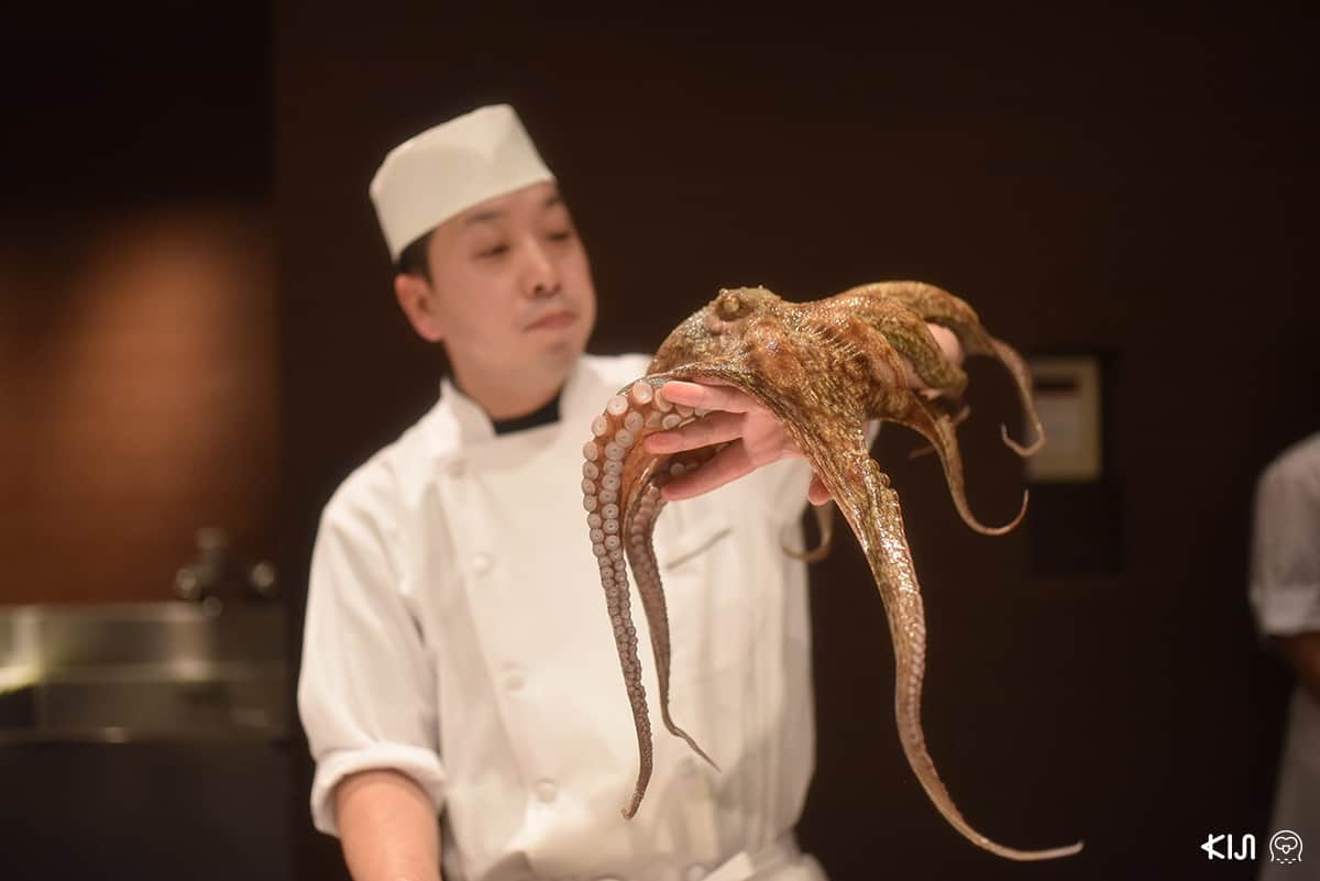 โชว์แร่ปลาหมึกยักษ์ในห้องอาหารเย็นแบบบุฟเฟ่ต์
